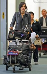 Janssen, toneladas de malas e um cão faceiro