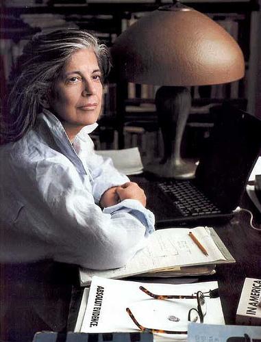 A escritora Susan Sontag fotografada pela companheira Annie Leibovitz